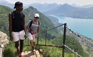 Sikou et Jomah-Khan surplombent ici le lac d'Annecy, lors d'une randonnée d'entraînement le 17 juin.