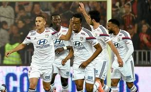 Bakary Koné (au centre) félicité par ses coéquipiers après son but inscrit de la tête face à l'OGC Nice.