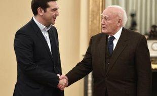 Le nouveau Premier ministre grec Alexis Tsipras (g) et le président grec Parolos Papoulias, le 26 janvier 2015 au palais présidentiel à Athènes