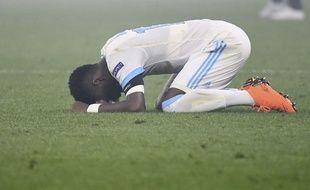 Bouna Sarr en pleurs sur la pelouse après la défaite de l'OM en finale de la Ligue Europa.