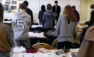 Des élèves du collège Anne-Franck de Lambersart, dans le Nord, observent une minute de silence en hommage aux victimes de la tuerie de Toulouse, le 20 mars 2012.