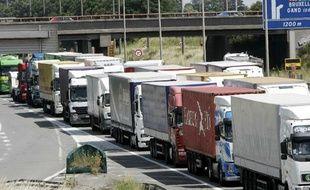 Une opération escargot de routiers, près de Lille, en juin 2008.