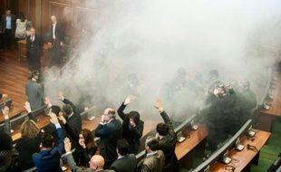 Des membres du parlement kosovare tentent de poursuivre les débats, le 19 février 2016 à Pristina, en dépit du gaz lacrymogène lancé par l'opposition qui réclame la démission du gouvernement