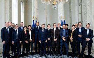 Les treize membres du Haut conseil pour le climat avec le président de la République, le jour de son installation en novembre dernier.