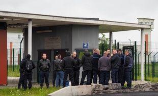 Des agents pénitentiaires devant la prison d'Alençon, à Condé-sur-Sarthe, le 12, juin 2019.