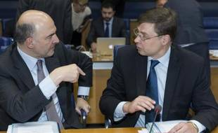 Le commissaire européen aux Affaires économiques Pierre Moscovici et le vice-président de l'exécutif européen, Valdis Dombrovskis, le 18 juin 2015 à Bruxelles