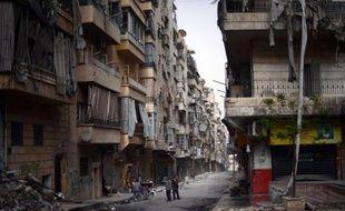 """""""Le jour où je vois un lampadaire allumé, je cours me prendre en photo avec lui!"""", lance Cheikh Yazen: """"On n'a pas vu ça depuis quatre mois à Ferdaous"""", un quartier d'Alep, la capitale économique syrienne privée d'électricité depuis plusieurs mois."""