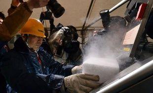 """Un robot télécommandé qui projette de la glace sèche pour """"aspirer"""" les substances radioactives: telle est une des dernières innovations nippones pour contribuer au nettoyage de la centrale accidentée de Fukushima."""