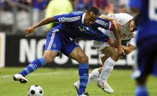 France's Thierry Henry (L) fights for the ball with Serbia's Gojko Kacar in their World Cup 2010 qualifying soccer match at Stade de France in Saint-Denis, northern Paris, September 10, 2008. REUTERS/Charles Platiau (FRANCE)
