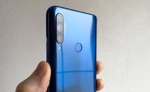 Le smartphone Honor 9X aligne trois modules photos à l'arrière.