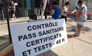 Un contrôle du pass sanitaire devant un cinéma de Montpellier.