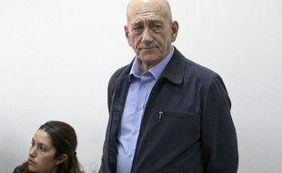 L'ancien Premier ministre israélien Ehud Olmert (c) dans un tribunal de Jérusalem le 30 mars 2015