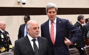 Le secrétaire d'Etat américain John Kerry (D) et le Premier ministre irakien Haidar al-Abadi le 3 décembre 2014 à une réunion à Bruxelles