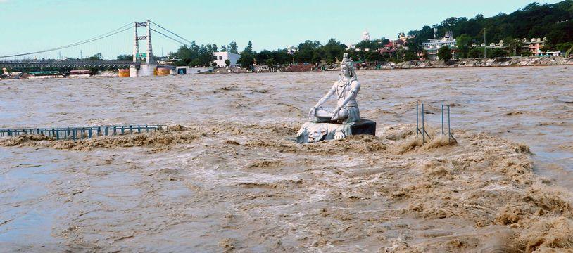 Une statue presque totalement immergée lors des inondations survenues en octobre 2021 en Inde.