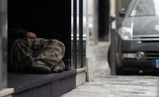 Un homme sans domicile fixe près du Louvre à paris en mai 2015