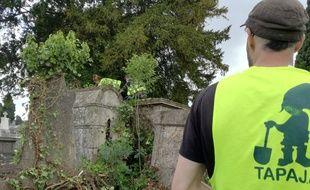Au cimetière Terre-Cabade, les jeunes ont mené une mission de désherbage plusieurs matinées de la semaine dernière.