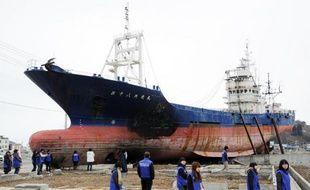 L'épave d'un bateau de pêche devenue l'un des symboles du tsunami du 11 mars 2011 au Japon va être retirée de la ville de Kesennuma où elle s'était échouée, a-t-on appris mardi auprès de responsables municipaux.