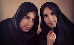 Deux hommes iraniens portent le hijab en signe de soutiens aux femmes de leur pays.