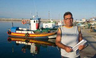 """Dans la baie de Gibraltar, Francisco Gomez remonte ses filets chargés de palourdes : """"rien à voir avec les coquillages qu'on pêche là-bas"""", déplore ce pêcheur espagnol en désignant une zone où il ne peut plus accéder depuis des jours."""