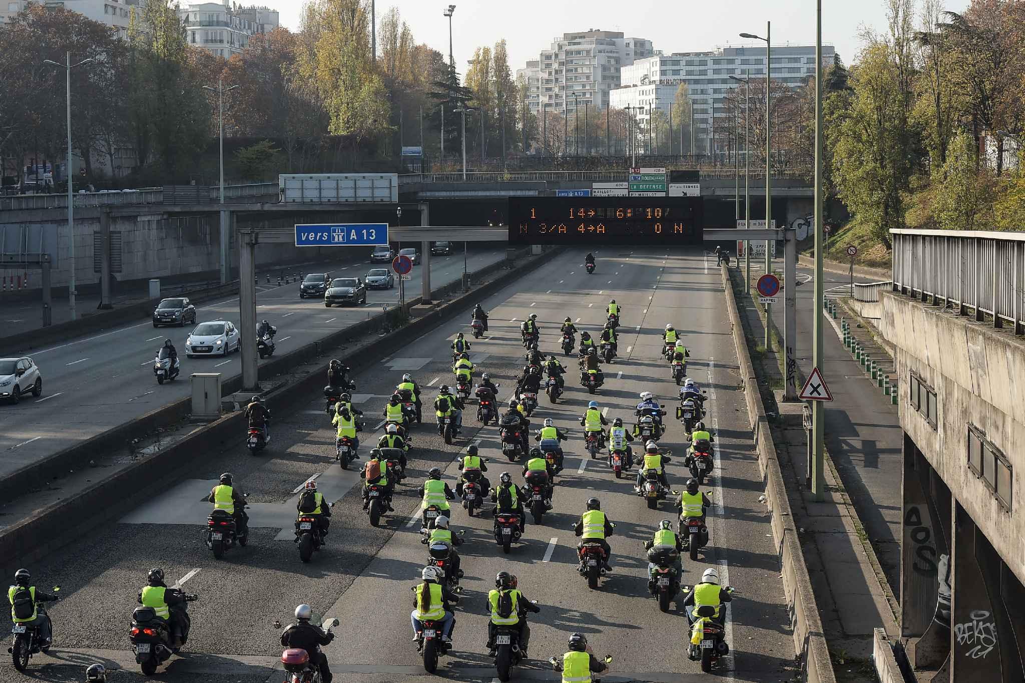 """Les motards """"gilets jaunes"""" remontent le périphérique parisien au matin du 17 novembre 2018"""