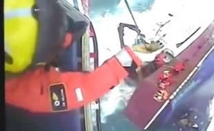 Capture d'écran d'une vidéo diffusée par les gardes-côtes britanniques, montrant le sauvetage de cinq pêcheurs au large des côtes écossaises.