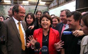 La Première secrétaire du Parti socialiste, Martine Aubry (au centre), lors de la visite d'une ferme dans l'Oise, le 15 juin 2011.