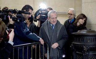 """Contrairement à ce qu'il affirme, Jean Tiberi avait """"un réel intérêt politique"""" à organiser une fraude électorale dans le Ve arrondissement de Paris, ont affirmé mercredi les parties civiles, du simple électeur à l'ancienne opposante socialiste au maire du Ve."""