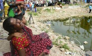 Les proches des victimes du Rana Plaza se retrouvent sur le site de la catastrophe, le 24 avril 2015 à Savar, dans la périphérie de Daka
