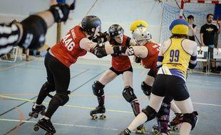Un match de roller derby des Switchblade Roller Grrrls de Lille.