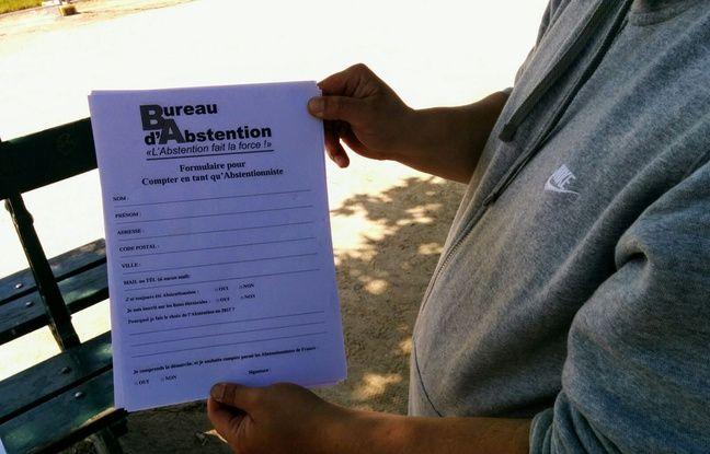 Après avoir voté, les abstentionnistes s'inscrivent sur un registre pour être comptabilisés.