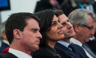 Myriam El Khomri, la ministre du Travail, avec à ses côtés Manuel Valls et Emmanuel Macron, le 22 février 2016, chez Solvay, à Chalampe.