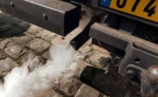 Le pot d'échappement d'une voiture polluante à Paris le 14 mai 2014. Dans la capitale, la pollution provoque 40.000 décès par an et 15% des enfants sont asthmatiques, 35% allergiques