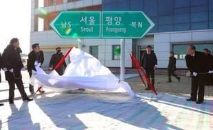 Une délégation sud-coréenne est passée en Corée du Nord mercredi pour une cérémonie symbolique d'inauguration des travaux de connexion des réseaux ferroviaires et routiers de la péninsule
