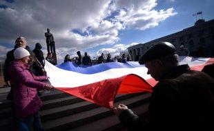 Des manifestants déploient le drapeau de Crimée au centre de Simferopol le 18 mars 2014