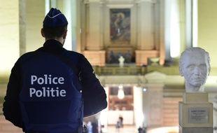 Un policier devant une salle du tribunal de Bruxelles, en Belgique.