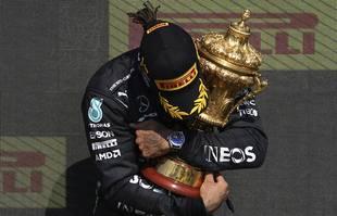 Le pilote britannique Lewis Hamilton (Mercedes-AMG Petronas) sur le podium après avoir remporté le Grand Prix de Formule 1 de Grande-Bretagne, sur le circuit de Silverstone, en Angleterre, le dimanche 18 juillet 2021.