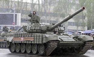 Un rebelle pro-russe participe à une parade militaire le 9 mai 2015 à Donetsk dans l'est de l'Ukraine