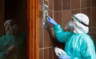 Une infirmière dans une résidence près de Barcelone, en Espagne.