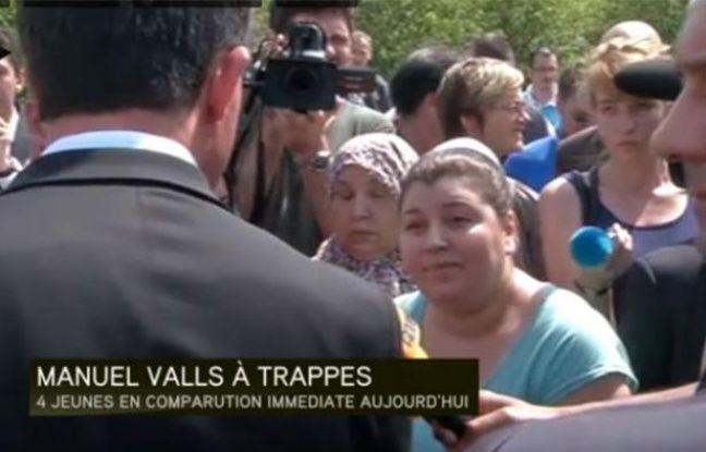 Capture d'écran d'une vidéo I-télé montrant le ministre de l'Intérieur Manuel Valls interpellé par une habitante de Trappes (Yvelines), le 22 juillet 2013.