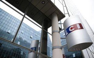 Le logo de la chaîne de télévision d'information continue LCI, à l'entrée de la tour TF1 à Boulogne Billancourt près de Paris, le 29 juillet 2014