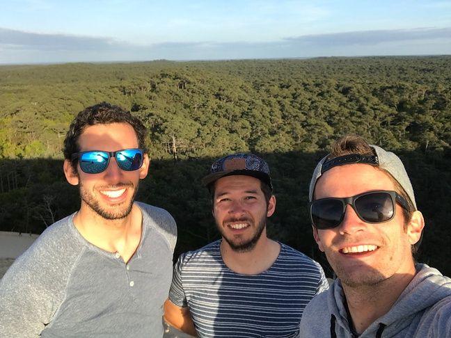 Thomas, Basile et Nicolas (de gauche à droite), les trois cofondateurs de Nomads Surfing.