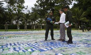 Le président colombien Juan Manuel Santos marche sur 12 tonnes de cocaïne à Apartado, le 8 novembre 2017.