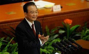 """Le Premier ministre chinois Wen Jiabao, qui doit céder la place à Li Keqiang, a fait ses adieux à la scène mardi en ouvrant les travaux du parlement sur une note confiante, promettant à la Chine une croissance de 7,5% en 2013 et laissant derrière lui des """"victoires éclatantes"""" mais une corruption toujours rampante."""