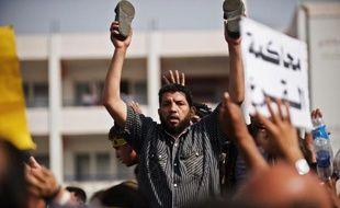 """Le procès pour """"incitation au meurtre"""" du président islamiste égyptien Mohamed Morsi, destitué par l'armée en juillet, s'est ouvert en sa présence lundi, faisant redouter de nouvelles violences au Caire, quadrillée par les forces de l'ordre."""