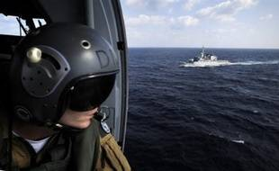 Cinq pirates somaliens, interceptés par un navire militaire danois dans le golfe d'Aden alors qu'ils attaquaient un cargo néerlandais, ont été extradés mardi vers les Pays-Bas, a annoncé un porte-parole du parquet national néerlandais.