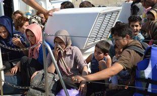 Photo d'archive du 9 juillet 2013 montrant des migrants illégaux sauvés en mer Egée par les garde côtes grecs et débarqués en Crète