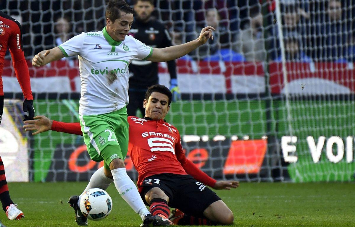 Duel entre Romain Hamouma et Benjamin André lors de Rennes-Saint-Étienne (2-0), le 4 décembre 2016. – D. Meyer / AFP