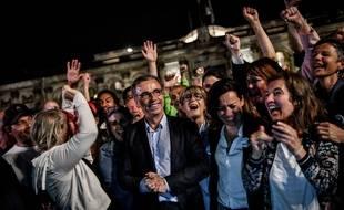 Pierre Hurmic, bien entouré, lors de sa victoire à Bordeaux, le 28 juin 2020.