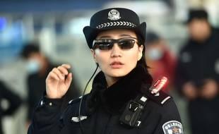 Photo d'une agente de police équipée des lunettes à reconnaissance faciale. (Illustration).