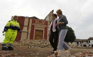 Des habitants passent devant l'église San Martino à Cento dans le nord de l'Italie, où la terre a tremble le 20 mai 2012.